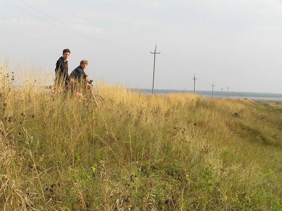 Древний Великий Русский оборонительный вал.ф.7. Мензелинский р-н. у д.Матвеевки. Вдали перед лесом река Ик. 2005г.