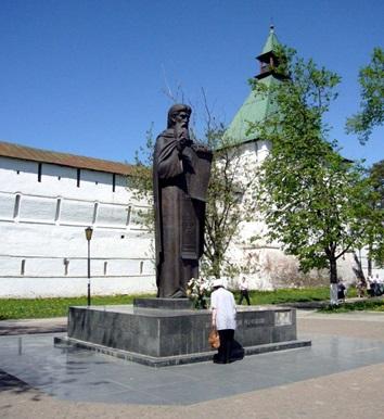 Фото 5.Памятник Сергию Радонежскому у стен Лавры
